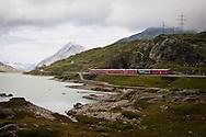 Svizzera,Alta Valposchiavo:il lago bianco costeggiato dal bernina express