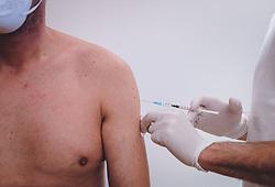 THEMENBILD - ein Mann bekommt den Impfstoff gegen die Coronavirus-Krankheit (Covid-19) in einer Arztpraxis gespritzt, aufgenommen am 22. Februar 2021, Kaprun, Österreich // A man is injected with the vaccine against coronavirus disease (Covid-19) in a doctor's office on 2021/02/22, Kaprun, Austria. EXPA Pictures © 2021, PhotoCredit: EXPA/ Stefanie Oberhauser