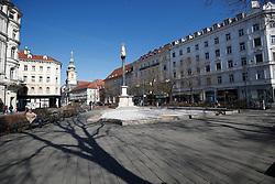 """THEMENBILD - Der leere Platz am """"Eisernen Tor"""" in Graz in Folge des Coronavirus-Ausbruchs in Österreich, aufgenommen am 16.03.2020 in Graz, Österreich // The empty square at the """"Eisernes Tor"""" as a result of the coronavirus outbreak in Austria, on 2020/03/16 in Graz, Austria. EXPA Pictures © 2020, PhotoCredit: EXPA/ Erwin Scheriau"""