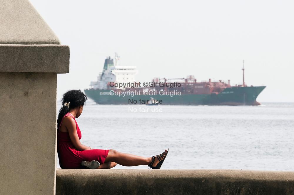 Cuba, La Havane, scène de vie sur le Malecon au niveau du quartier Habana Centro // Cuba, Havana, scenery on Malecon; area of Habana Centro quarter
