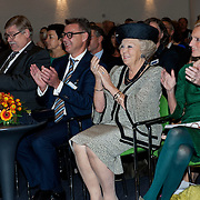 Prinses Beatrix bij viering 200 jaar Commissie van Toezicht op gevangeniswezen in Vergadercentrum Regardz Eenhoorn Amersfoort.<br /> <br /> Princess Beatrix at celebration 200 years Supervisory Committee on Prisons in Conference center Regardz Unicorn Amersfoort.<br /> <br /> Op de foto / On the photo: <br /> <br />  Princes beatrix  met rechts Christine Linzel, voorzitter klankbordgroep Cvi' s