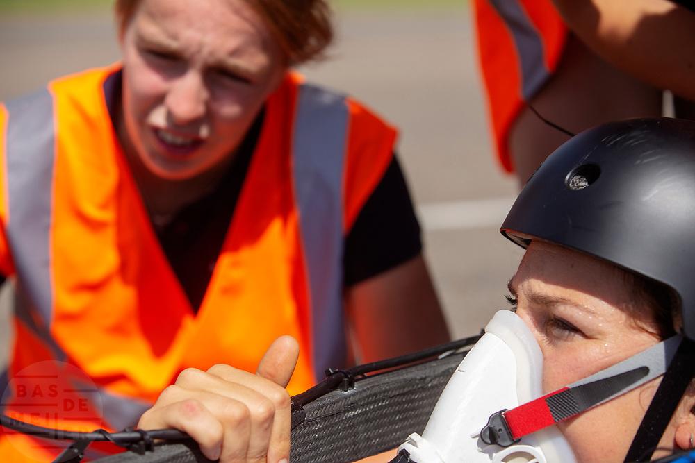 Op de RDW baan in Lelystad oefenen studenten met de nieuwe VeloX 8. In september wil het Human Power Team Delft en Amsterdam, dat bestaat uit studenten van de TU Delft en de VU Amsterdam, tijdens de World Human Powered Speed Challenge in Nevada een poging doen het wereldrecord snelfietsen voor vrouwen te verbreken met de VeloX 8, een gestroomlijnde ligfiets. Het record is met 121,81 km/h sinds 2010 in handen van de Francaise Barbara Buatois. De Canadees Todd Reichert is de snelste man met 144,17 km/h sinds 2016.<br /> <br /> At the RDW test track in Lelystad students test the VeloX 8. With the VeloX 8, a special recumbent bike, the Human Power Team Delft and Amsterdam, consisting of students of the TU Delft and the VU Amsterdam, also wants to set a new woman's world record cycling in September at the World Human Powered Speed Challenge in Nevada. The current speed record is 121,81 km/h, set in 2010 by Barbara Buatois. The fastest man is Todd Reichert with 144,17 km/h.
