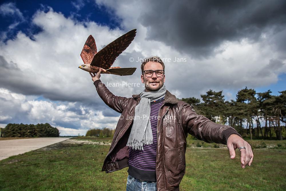 Duitsland, Weeze, 27 april 2016.<br /> Computer gestuurde nepvalk vliegveld Weeze.<br /> inzetten van computer gestuurde nepvalk bij vliegveld Weeze om vogels te verjagen van start en landingsbaan Interview met maker/bedenker, Nico Nijenhuis.<br /> Op de foto: Nico Nijenhuis | Co-founder & CEO van Clearflightsolutions.com<br /> <br /> Computerized fake falcon at Weeze airport in Germany.<br /> Use of computerized fake falcons at Weeze airport to scare birds from runway.<br /> In the picture: Nico Nijenhuis | Co-founder & CEO of Clearflightsolutions.com<br /> <br /> Foto: Jean-Pierre Jans