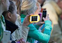 BLOEMENDAAL-Hockey- Meisjes met mobieltjes volgen Naomi van As  tijdens de hoofdklasse competitiewedstrijd tussen de vrouwen van Bloemendaal en Laren (1-5). COPYRIGHT KOEN SUYK