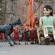 NLD/Leeuwarden/20180818 - De Reuzen van Royal de Luxe trekken door Leeuwarden, Het Kleine Reuze Meisje en de Xolo