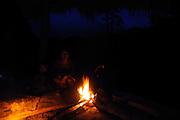 Indígenas emberá / comunidad indígena emberá, Panamá.<br /> <br /> Madre e hijo al calor de una hoguera.