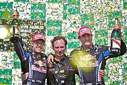 O piloto alemão de Fórmula Sebastian Vettel (2D) comemora a vitória com o seu companheiro da equipe Red Bull, o australiano Mark Webber (E), e Christian Horner durante  a cerimônia no pódio após vencer o Grande Prêmio de F1 do Brasil, no Autódromo de Interlagos em 07 novembro de 2010, em São Paulo. Webber chegou em segundo lugar e Alonso ficou em terceiro na corrida. FOTO: Jefferson Bernardes/Preview.com