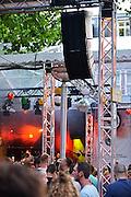 Nederland, The Netherlands, 21-7-2015Recreatie, ontspanning, cultuur, dans, theater en muziek in de binnenstad.Een van de tientallen feestlocaties in de stad. Onlosmakelijk met de vierdaagse, 4daagse, zijn in Nijmegen de vierdaagse feesten, de zomerfeesten. Talrijke podia staat een keur aan artiesten, voor elk wat wils. Een week lang elke avond komen ruim honderdduizend bezoekers naar de stad. De politie heeft inmiddels grote ervaring met het spreiden van de mensen, het zgn. crowd control. De vierdaagsefeesten zijn het grootste evenement van Nederland en verbonden met de wandelvierdaagse. Elk podium moet zijn geluisniveau binnen de door de gemeente gestelde grenzen houden vanwege eventuele geluidsoverlast.. Foto: Flip Franssen/Hollandse Hoogte