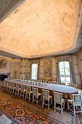 De woning van koning Willem-Alexander en zijn gezin is de afgelopen jaren opgeknapt. Bij de renovatie zijn het dak en de bordestrap vervangen en onder meer de historische stucplafonds en de gevel gerenoveerd. <br /> <br /> King Willem-Alexander's home and his family have been refurbished in recent years. During the renovation, the roof and the landing steps were replaced and, among other things, the historic stucco ceilings and the facade were renovated.<br /> <br /> Op de foto / On the photo:  De Witte Eetzaal / The White Dining Room