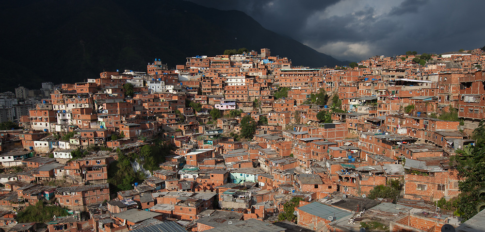 On the hills around Caracas, like here in Petare, informal housing has traditionally been built. The government has recently delivered 250,000 new apartments, and is building another 400,000 units currently, with a plan to deliver two million new homes in the next three years. This is probably the most ambitious housing programme in the world.