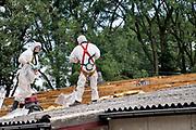 Nederland, Ubbergen, 11-10-2018Op het dak van het dorpshuis liggen platen asbest als dakbedekking . Ze worden er door een gespecialiseerd sloop bedrijf vanaf gehaald. Het grote aantel daken van met name boerderijen en schuren vormt op de lange termijn een gezondheidsrisico en moeten allemaal verwijderd worden . Foto: Flip Franssen