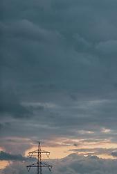 THEMENBILD - Strommasten und Stromleitungen bei Sonnenuntergang bei Wolken verhangenen Himmel, aufgenommen am 20. Mai 2020 in Kaprun, Oesterreich // Power poles and power lines at sunset with cloudy sky in Kaprun, Austria on 2020/05/20. EXPA Pictures © 2020, PhotoCredit: EXPA/ JFK