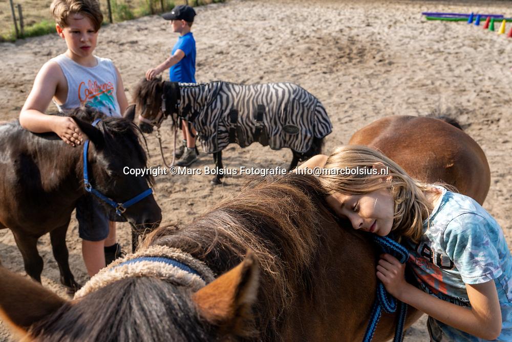 Nederland,  Sprang-Capelle,  zorgboerderij voor kinderen die niet naar schoolgaan om vele redenen. Foto Jarne met Paard Fiesta