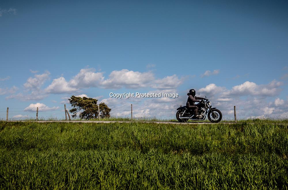 2021. 04 23 Trollhättan Sjuntorp<br /> Dramatiskt landskap och fält mellan Sjuntorp och Åsbräcka<br /> Mc Motorcykel påväg<br /> <br /> FOTO JOACHIM NYWALL KOD0708840825<br /> COPYRIGHT JOACHIMNYWALL:SE<br /> <br /> ****BETALBILD****<br />  <br /> Redovisas till: Joachim Nywall<br /> Strandgatan 30<br /> 461 31 Trollhättan<br />  Prislista: BLF, om ej annat avtalats