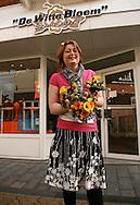 """Wenda Harsta- Buwalda van Bloembinderij """"De Witte Bloem"""" in Franeker maakte de boeketten voor koningin Beatrix en de prinsessen voor Koninginnedag 2008 in Franeker. De biedemeiertjes bestaat uit een krans van Scabosia bollen. In het midden zit een gele Calla, omringd door gele roosjes, blauwe Veronica, blauwe Distels en gele Gerbera's. Ter versteviging werden flexigrassen door het boeket verwerkt."""