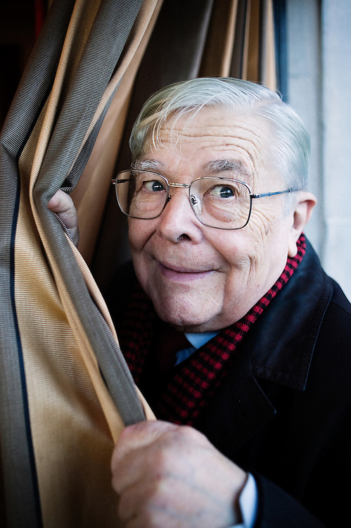 Andre Degaine, 83 ans, ou « le spectateur absolu ». Passionne de theatre et ecrivain (le theatre raconte aux jeunes, Histoire du Theatre dessinee, etc.), ici dans son repere, la brasserie Dalou,place de la Nation a Paris, France. 27 novembre 2009. Photo : Antoine Doyen pour La Croix.