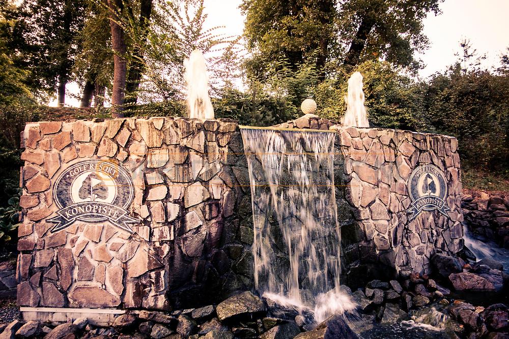 18-09-2015: Golf & Spa Resort Konopiste in Benesov, Tsjechië.<br /> Foto: Fontein en waterval naast de oprijlaan