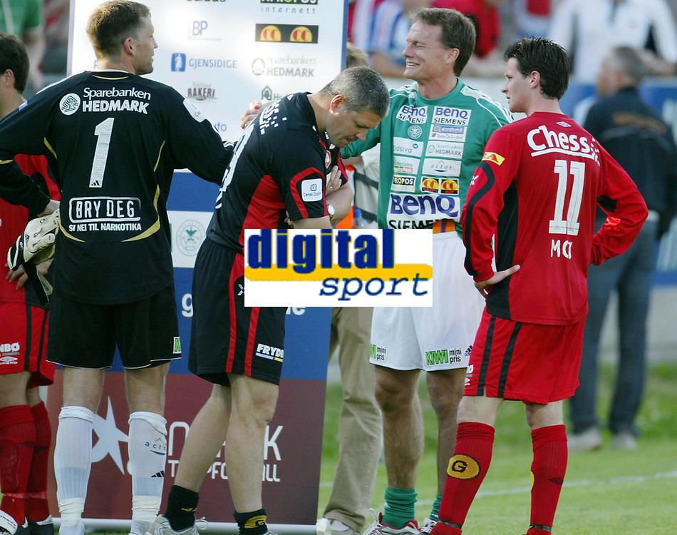 Fotball , 02. juli 2006 , Tippeligaen , Ham-Kam - Brann 4-0, Brann spillerne ble rundspilt på Hamar . Mons Ivar Mjelde depper mens Frode Grodås jubler sammen med keepr Ivar Rønningen , til høyre Branns Petter Vaagan Moen