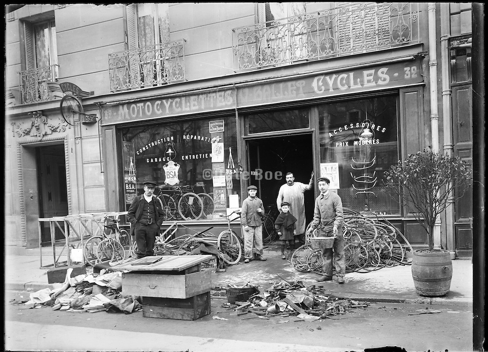 7th arrondissement bicycle shop Paris around 1900