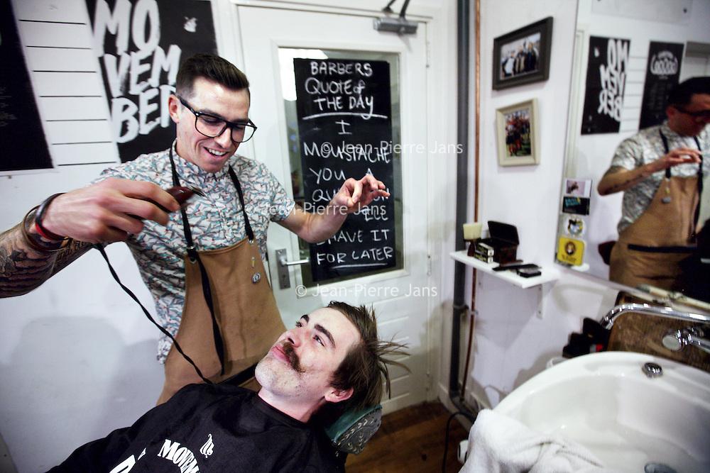 Nederland, Amsterdam , 1 november 2013.<br /> Cut Throat Barber and Coffee<br /> Iedereen die meedoet met Movember moet kaalgeschoren aan de maand beginnen. Bij deze winkel krijgen alle mannen<br /> dus een scheerbeurt.<br /> Foto:Jean-Pierre Jans