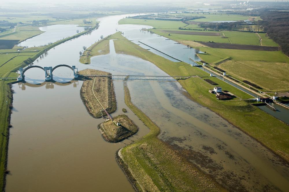 Nederland, Gelderland, Driel, 11-02-2008;<br /> Stuw in de Neder-Rijn ten Westen van Arnhem, de vizierschuif van de stuw is geopend in verband met het hoogwater.  De stuw dient om waterpeil van Neder-Rijn en IJssel te reguleren: als de Rijn weinig wateraanvoer heeft wordt de stuw gesloten om er voor te zorgen dat de verder stroomopwaarts gelegen IJssel (ten Oosten van Arnhem) voldoende water krijgt. Het stuweiland is afgegraven en kan nu gedeeltelijke overstromen, waardoor snellere waterafvoer mogelijk is.<br /> Rechts de schutsluis die wordt gebruik als de stuw gesloten is.<br /> Flood-control dam or weir in the Lower-Rhine to control the waterlevels. The weir is open, allowing the river to flow in the direction of the sea). At low levels the weir closes to maintain sifficient high water level in the river IJssel (upstream).<br /> luchtfoto (toeslag); aerial photo (additional fee required); .foto Siebe Swart / photo Siebe Swart
