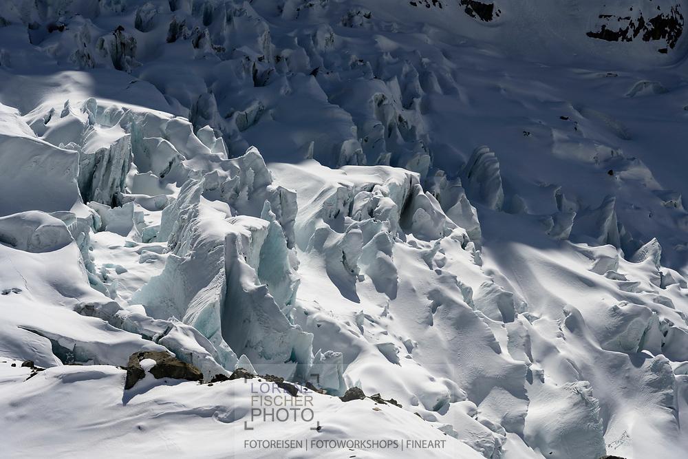 Gletscherabbrüche des Unteren Grindelwaldgletschers oder Ober Ischmeer in der Nähe der Schreckhornhütte, Grindelwald, Berner Oberland, Schweiz<br /> <br /> Ice breaking-up of the Lower Grindelwald glacier or Upper Ischmeer near the Schreckhornhütte, Grindelwald, Bernese Oberland, Switzerland