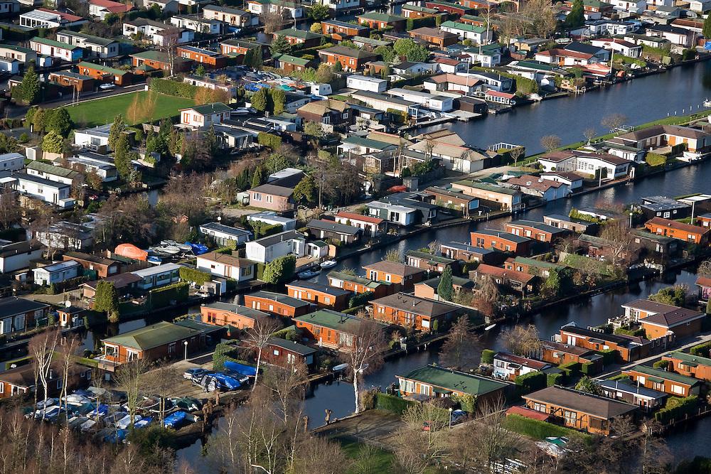 Nederland, Utrecht, Loosdrecht, 25-11-2008; Loosdrechtsche Plassen, caravanpark met stacaravans en tuinhuisjestuinhuis, caravan, caravanpark, recreatie, watersport, vrije tijd, Loosdrechtse plassencaravan park with mobile homesrecreation, water sports, leisure.  .luchtfoto (toeslag)aerial photo (additional fee required).foto Siebe Swart / photo Siebe Swart
