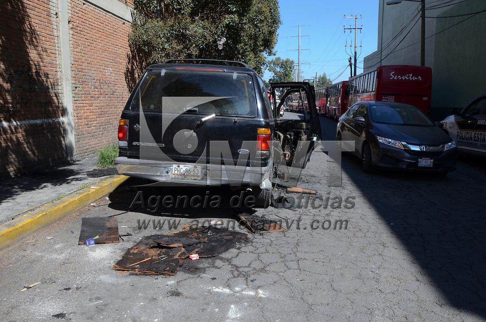 Toluca, México (Octubre 25, 2016).- Vecinos de Santa Ana Tlapaltitlán denunciaron la presencia de un vehículo quemado en las calles de esta delegación, se trataba una camioneta tipo Explorer color negro con placas de Michoacán, el lugar fue resguardado por elementos de la CESC a espera del Ministerio Público.  Agencia MVT / José Hernández