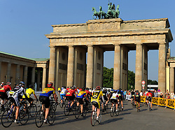 RADSPORT: Velothon 2011,  Jedermaenner, Berlin, 22.05.2011<br /> Illustration, Brandenburger Tor, Start<br /> © pixathlon