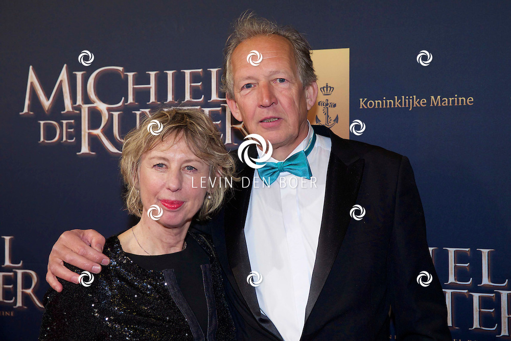 AMSTERDAM - In het scheepvaartmuseum is de Nederlandse speelfim 'Michiel de Ruyter' in premiere gegaan. Met hier op de foto  acteur Lukas Dijkema met zijn vrouw. FOTO LEVIN DEN BOER - PERSFOTO.NU