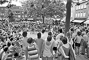 Nederland, Nijmegen, 15-7-1984Straattheater tijdens straattheaterdag in de Nijmeegse binnenstad. Een dansgroep voert een performance uit . Er is veel publiek op een zonnige zaterdag.Foto: Flip Franssen