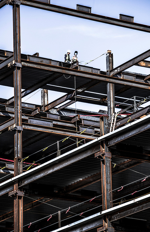 Erection of steel girders on a commercial building
