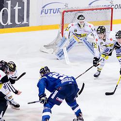 Bully<br /> 51 Torwart Timo Pielmeier (Turhueter ERC Ingolstadt), 86 Daniel Pietta (Spieler Krefeld Pinguine), #63 Maximilian Faber (Spieler Krefeld Pinguine), 9 Marcel Mueller (Spieler Krefeld Pinguine), 31 Patrick Galbraith (Spieler Krefeld Pinguine) beim Spiel in der DEL, ERC Ingolstadt (blau) -  Krefeld Pinguine (weiss).<br /> <br /> Foto © PIX-Sportfotos *** Foto ist honorarpflichtig! *** Auf Anfrage in hoeherer Qualitaet/Aufloesung. Belegexemplar erbeten. Veroeffentlichung ausschliesslich fuer journalistisch-publizistische Zwecke. For editorial use only.