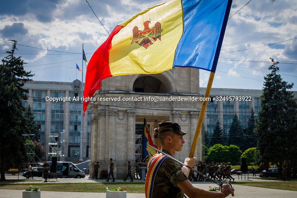 20150824  Moldova Chisinau. Soldiers exercise in front of the Victory arc in Chisinau,  for their independance day 27th August. Elite garde with Moldovan national tricolor