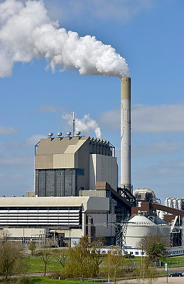 Nederland, Nijmegen, 20-4-2013Rokende schoorsteen van de elektriciteitscentrale van Electrabel, onderdeel van GDF SUEZ Energie Nederland. Foto: Flip Franssen/Hollandse Hoogte