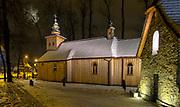 Nocny widok na najstarszy drewniany kościół w Zakopanem, zwany Starym Kościołem, po prawej kapliczka Gąsieniców.