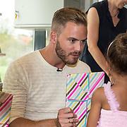 NLD/Amsterdam/20170904 - Jim Bakkum presenteert zijn kinderboek Dadoe, Jim Bakkum overhandigt het boek aan zijn nichtje