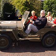 Jady Snel neemt afscheid van de gemeente na 40 jaar, met kleinkinderen op een Amerikaanse Willy jeep