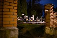 Bialystok, 31.10.2020. Decyzja rzadu zostaly zamkniete - w zwiazku z gwaltownym wzorstem zakazen COVID-19 - na trzy dni wszystkie cmentarze w kraju N/z zamkniety najwiekszy w Bialymstoku Cmentarz Farny w godzinach wieczornych; zagrodzone wejscie na cmentarz fot Michal Kosc / AGENCJA WSCHOD
