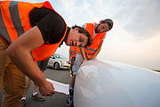 De laatste checks voor de start. Het team test de VeloX V in de woestijn. Het Human Power Team Delft en Amsterdam (HPT), dat bestaat uit studenten van de TU Delft en de VU Amsterdam, is in Amerika om te proberen het record snelfietsen te verbreken. Momenteel zijn zij recordhouder, in 2013 reed Sebastiaan Bowier 133,78 km/h in de VeloX3. In Battle Mountain (Nevada) wordt ieder jaar de World Human Powered Speed Challenge gehouden. Tijdens deze wedstrijd wordt geprobeerd zo hard mogelijk te fietsen op pure menskracht. Ze halen snelheden tot 133 km/h. De deelnemers bestaan zowel uit teams van universiteiten als uit hobbyisten. Met de gestroomlijnde fietsen willen ze laten zien wat mogelijk is met menskracht. De speciale ligfietsen kunnen gezien worden als de Formule 1 van het fietsen. De kennis die wordt opgedaan wordt ook gebruikt om duurzaam vervoer verder te ontwikkelen.<br /> <br /> The last checks before the start. The team tests the VeloX V. The Human Power Team Delft and Amsterdam, a team by students of the TU Delft and the VU Amsterdam, is in America to set a new  world record speed cycling. I 2013 the team broke the record, Sebastiaan Bowier rode 133,78 km/h (83,13 mph) with the VeloX3. In Battle Mountain (Nevada) each year the World Human Powered Speed Challenge is held. During this race they try to ride on pure manpower as hard as possible. Speeds up to 133 km/h are reached. The participants consist of both teams from universities and from hobbyists. With the sleek bikes they want to show what is possible with human power. The special recumbent bicycles can be seen as the Formula 1 of the bicycle. The knowledge gained is also used to develop sustainable transport.