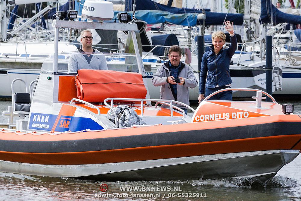 NLD/Volendam/20140620 -Presentatie 'Herinneringen' Dvd box Nick & Simon, aankomst per boot Anita Witzier