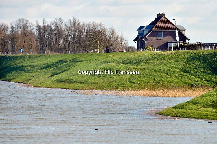 Nederland, Nijmegen, 15-02-2016 Het waterpeil van de rivier de Waal is tamelijk hoog. Het voetgangersbruggetje, wandelbrug de Ooijpoort dat Nijmegen verbindt met de stadswaard in de Ooijpolder is niet meer te gebruiken en de uiterwaarden lopen onder tot aan de dijk. Het vee is naar hoger land gedreven. Foto: Flip Franssen/Hollandse Hoogte