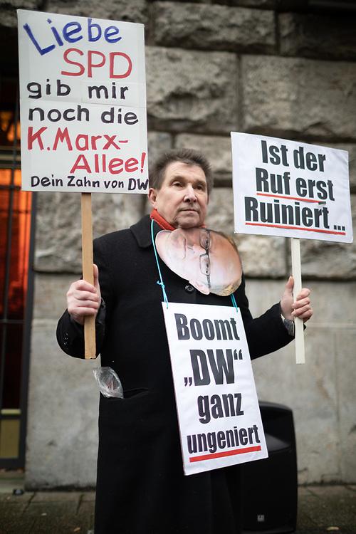 Mieter der Karl-Marx-Allee protestieren vor der SPD-Zentrale. An die hundert Demonstranten protestieren gegen den Verkauf von rund 700 Eigentumswohnungen in den denkmalgeschützten Stalinbauten  an den umstrittenen Investor  Deutsche Wohnen. Die Demonstranten fordern eine Rekommunalisierung der Wohnungen, und kritisieren dass die SPD durch den Plan von Finanzsenator Kollatz zum Kauf der Wohnungen durch die Mieter die einzelnen Wohnungen zu Spekulationsobjekten macht.<br /> <br /> [© Christian Mang - Veroeffentlichung nur gg. Honorar (zzgl. MwSt.), Urhebervermerk und Beleg. Nur für redaktionelle Nutzung - Publication only with licence fee payment, copyright notice and voucher copy. For editorial use only - No model release. No property release. Kontakt: mail@christianmang.com.]