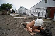 Nederland, Nijmegen, 8-7-2004<br /> Tentenbouwers leggen de laatste hand aan het grote tentenkamp op Heumensoord, waar vanaf eind volgende week traditioneel ruim 4000 militairen uit vele landen gehuisvest worden die aan de vierdaagse meedoen. Voor het eerst is een maximun gesteld aan het totaal aantal deelnemers van het wandelevenement. 47.000 wandelaars hebben zich ingeschreven. Dit aantal was begin maart reeds bereikt. <br /> Foto: Flip Franssen