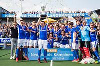 UTRECHT -  Landskampioen Kampong na  de finale van de play-offs om de landtitel tussen de heren van Kampong en Amsterdam (2-1). Constantijn Jonker (Kampong) met de beker.  COPYRIGHT KOEN SUYK