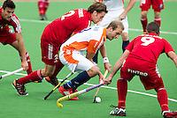 MELBOURNE -  Billy Bakker wordt op de huid gezeten door de Belgen Sebastian Dockier (l) en Xavier Reckinger tijdens de hockeywedstrijd tussen de mannen van Nederland en Belgie (5-4) bij de Champions Trophy hockey in Melbourne. ANP KOEN SUYK