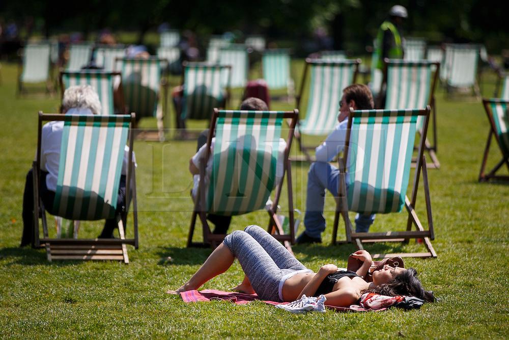 © Licensed to London News Pictures. 09/06/2016. London, UK. People sunbath and enjoy sunshine in Green Park, London on Thursday, 9 June 2016. Photo credit: Tolga Akmen/LNP