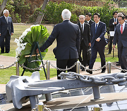 Der japanische Ministerpräsident Shinzo Abe gedenkt der Opfer des Angriffs auf Pearl-Habour von 1941 / 271216 *** Japanese Prime Minister Shinzo Abe (2nd from R) visits a monument in Honolulu on Dec. 26, 2016, dedicated to the nine people who died in a 2001 collision off Hawaii between the Ehime Maru, a Japanese fisheries school training boat, and a U.S. naval submarine undergoing a demonstration cruise carrying civilians. Abe is in Hawaii for a visit to Pearl Harbor -- the site of the Japanese surprise attack in 1941 that drew the United States into World War II -- and a final summit with U.S. President Barack_Obama.