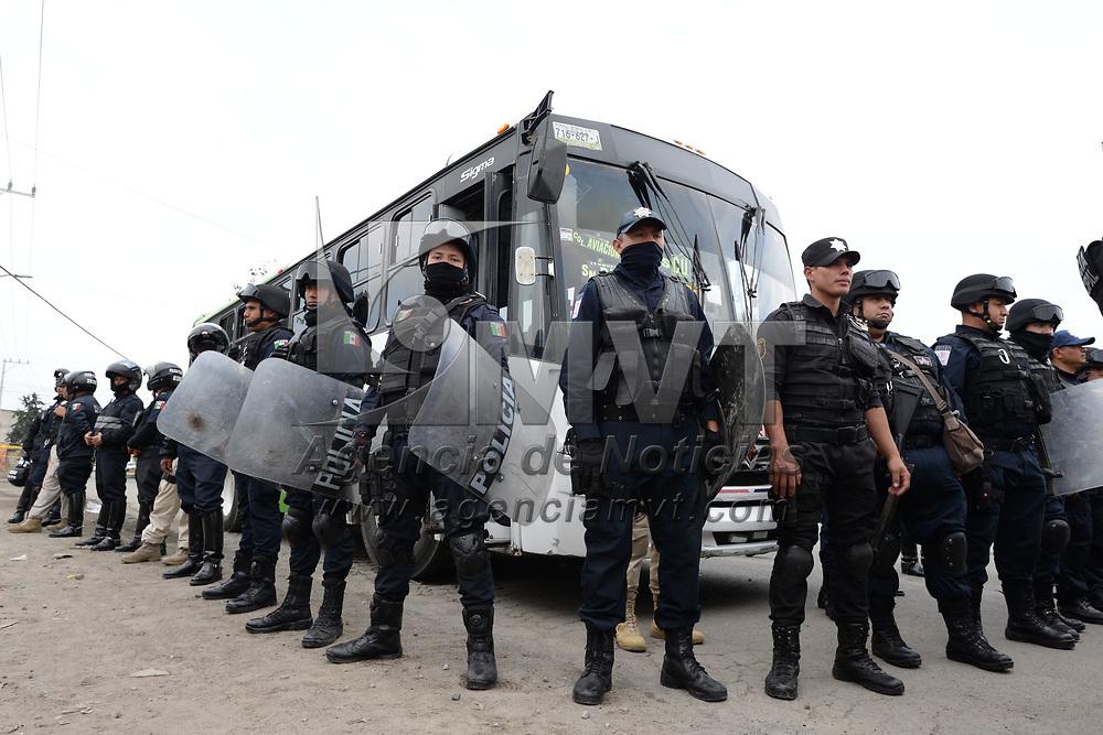 Toluca, México (Marzo 07, 2017).- Pobladores de San Cristóbal Huichochitlán retuvieron un autobús de la línea Urbana, después de que atropello a una mujer de 87 años de edad y murió en el lugar, policías municipales de Toluca y elementos de la CESC lograron rescatar al chofer.  Agencia MVT / Crisanta Espinosa