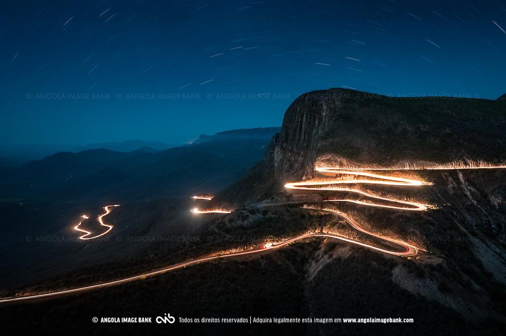 A estrada na Serra da Leba em Angola. Foto nocturna com longa exposição (12 minutos) da estrada da Serra da Leba iluminada pelos farois dos carros os quais, devido ao tempo de exposição da fotografia, aparecem como rastos. Proximidades de Lubango, província da Huíla, Angola